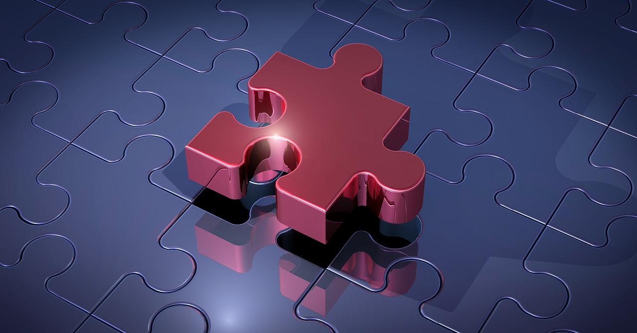 Ein metallisch glänzendes Puzzleteil fügt sich ein