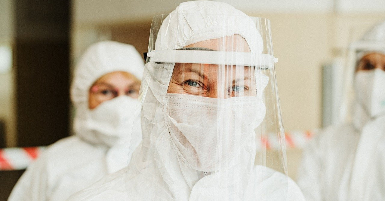 Forscher/Ärzt*innen in Schutzausrüstung